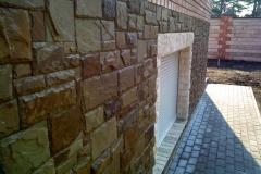fasad iz naturalnogo kamnya